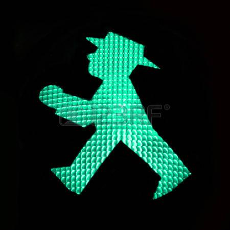 31509754-semaforo-verde-pedonale-con-il-ampelmann-della-germania-est-berlino